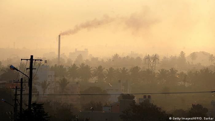 Indien Umweltverschmutzung Fabrikschlot in Bangalore