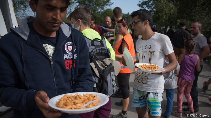 Freiwillige Flüchtlingshelfer auf dem Balkan (Foto: Diego Cupolo)