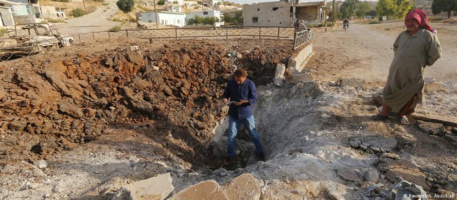 Cratera supostamente causada por uma bomba russa em área sem presença do EI