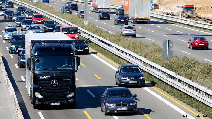 Stuttgart Daimler LKW Test mit selbstfahrenden Lkw (Reuters/M. Rehle)