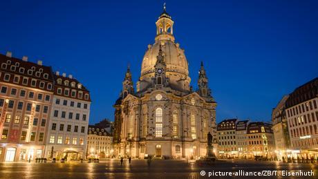 Η εκκλησία Φραουενκίρχε στη Δρέσδη είναι σύμβολο συμφιλίωσης για όλο τον κόσμο. Ξαναχτίστηκε μετά την καταστροφή της στον Β΄Παγκόσμιο Πόλεμο με δωρεές από όλο τον κόσμο. Από το 1993, όταν το ιερό αποκαλύφθηκε μέσα στα ερείπια, κάθε χρόνο στις 23 Δεκεμβρίου τελείται μια υπαίθρια λειτουργία. Τελευταία με 18.000 άτομα. Φέτος θα υπάρχει μόνο μία ζωντανή σύνδεση από την εκκλησία χωρίς κοινό.