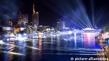 Eine Licht- und Musikshow wird am 02.10.2015 bei der Einheitsfeier in Frankfurt am Main (Hessen) geprobt. Die Abendinszenierung mit 25 Lichterbrücken bildet anlässlich des 25. Jahrestags der Deutschen Einheit einen Höhepunkt der Feierlichkeiten. Foto: Arne Dedert/dpa +++(c) dpa - Bildfunk+++