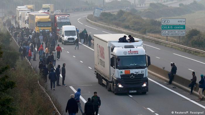 Em Calais, migrantes tentam se esconder em caminhões para atravessar o Canal da Mancha em direção ao Reino Unido