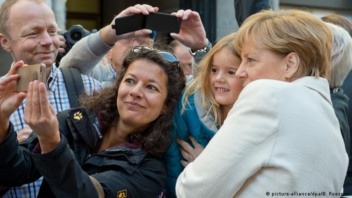 Angela Merkel Tag der Deutschen Einheit Bürger Frankfurt am Main Selfies in der Menge (picture-alliance/dpa/B. Roessler)
