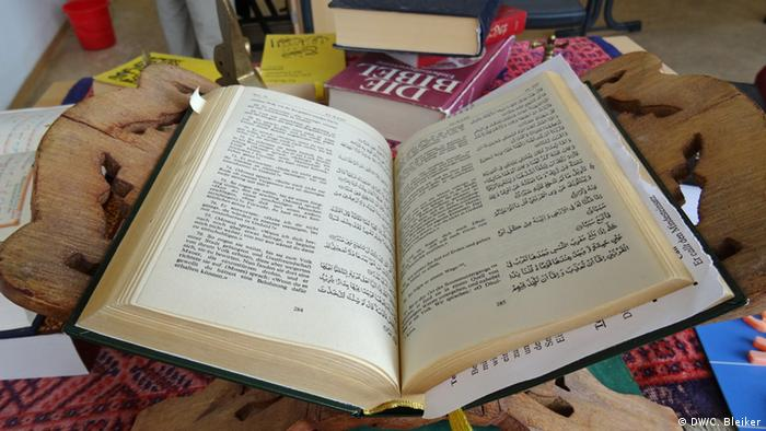 Open Koran in German and English. (Photo: Carla Bleiker/ DW)