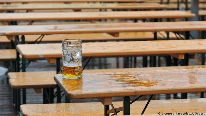 Half empty beer mug on a table (picture-alliance/dpa/A. Gebert)