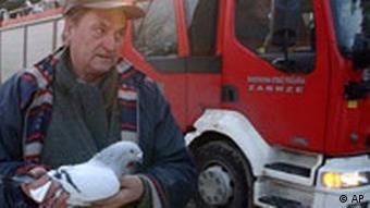 Polen, Einsturz einer Messehalle, ein Überlebender mit seiner Taube