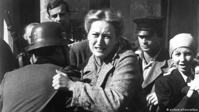 Meryl Streep in Szene der TV Serie Holocaust von 1978 im Kampf mit Soldaten (picture-alliance/dpa)