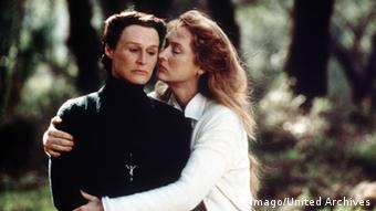Meryl Streep umarmt Glenn Close im Film Das Geisterhaus