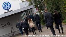 VW-Mitarbeiter betreten am 06.10.2015 durch das Tor 17 das Gelände vom Volkswagen-Werk in Wolfsburg (Niedersachsen). Foto: Julian Stratenschulte/dpa +++(c) dpa - Bildfunk+++