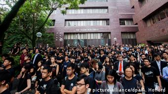 Hong Kong University students, faculty members and staff take part in a 'silent march' through their campus to protest against what they perceive to be interference in the university's autonomy, in Hong Kong, China, 06 October 2015 (Photo: EPA/ALEX HOFFORD +++(c) dpa - Bildfunk+++)