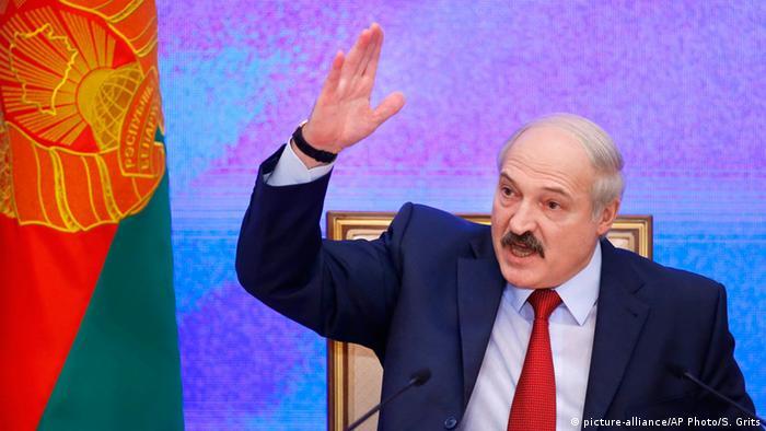 Лукашенко выступает, активно жестикулируя
