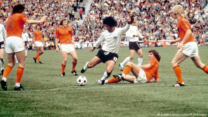 Bildergalerie Gerd Müller Fußball WM gegen Niederlande Vorlage Tor 1974 (picture-alliance/dpa/P.Robinson)