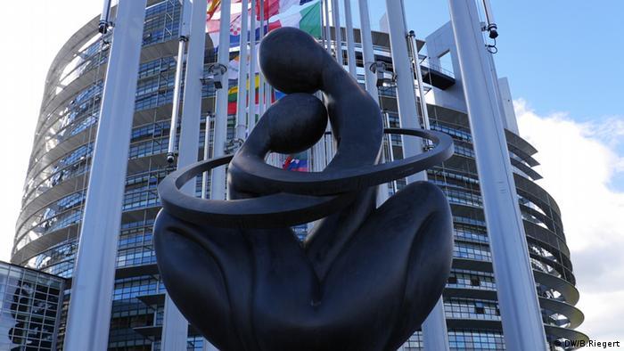 Symbolbild Das Herz Europas EU Parlament Straßburg Skulptur (DW/B.Riegert)