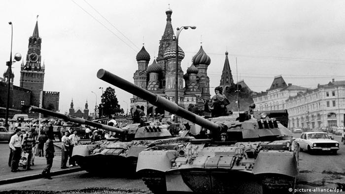 Panzer auf Rotem Platz (picture-alliance/dpa)