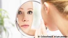 Fit und gesund Gesicht im Spiegel