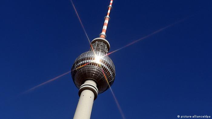 The sphere and spire of the Berlin TV tower glistening in the sun (picture-alliance/dpa)