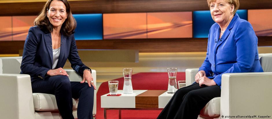 Merkel ao lado da apresentadora Anne Will, da emissora ARD