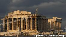 ARCHIV - Der Parthenon Tempel auf der Akropolis in Athen (Griechenland) ist am 17.10.2012 von einem Baugerüst und einem Baukran für Restaurationsarbeiten umgeben. Die Rettung Griechenlands vor der Pleite hängt an einem seidenen Faden. Eigentlich sollte ein umfassendes Reformpaket - inklusive Privatisierungen - schon Ende April stehen. Nun geht es im griechischen Schuldenpoker um Tage - wieder einmal. Foto: Sven Hoppe/dpa +++(c) dpa - Bildfunk+++ ARCHIV - Der Parthenon Tempel auf der Akropolis in Athen (Griechenland) ist am 17.10.2012 von einem Baugerüst und einem Baukran für Restaurationsarbeiten umgeben. Die Rettung Griechenlands vor der Pleite hängt an einem seidenen Faden. Eigentlich sollte ein umfassendes Reformpaket - inklusive Privatisierungen - schon Ende April stehen. Nun geht es im griechischen Schuldenpoker um Tage - wieder einmal. Foto: Sven Hoppe/dpa +++(c) dpa - Bildfunk+++