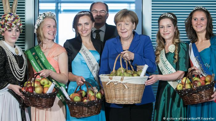 Angela Merkel with apple queens, Copyright: picture-alliance/dpa/M.Kappeler