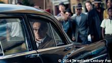 Tom Hanks (links) spielt die Hauptrolle in Steven Spielbergs (recht) Untitled Cold War Spy Thriller. Der Film beruht auf der wahren Geschichte von James Donovan, einem Rechtsanwalt, der in die Auseinandersetzungen des Kalten Krieges gerät, als ihn die CIA mit der schier unmöglichen Aufgabe betraut, die Freigabe eines gefangenen amerikanischen U-2 Piloten zu verhandeln. Dieses Bild ist für Print und Online-Platzierungen freigegeben.