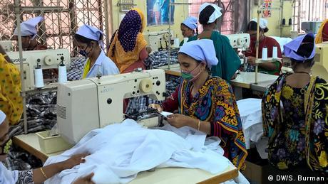 Bangladesch Arbeiter in der Textilbranche (DW/S. Burman)