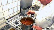 Koch macht eine Suppe