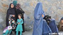 Die Bilder zeigen die afghanischen Binnenflüchtlinge, die wegen des Kriegs in Kundus aus ihre Heimat vertrieben wurden. Sie sind in der Hauptstadt Kabul obdachlos und rufen um Hilfe. Hussain Sirat, DW-Reporter in Kabul hat diese Bilder am 08.10.15 aufgenommen.