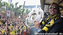 Klopp vor BVB Fans mit meisterschale Sonnenbrille