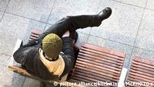 Mann sitzt wartend auf einer Bahnhofsbank, Deutschland, Berlin | man sitting on a bench waiting, Germany, Berlin