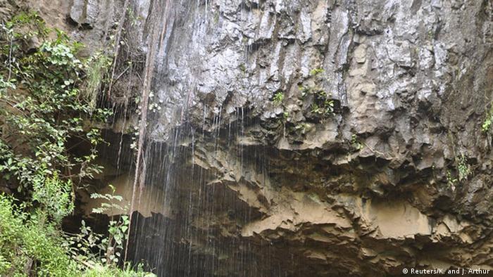 Entrada da caverna na Etiópia onde foi encontrado o crânio