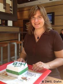 Sonya Diehn sampling a McDonald's McB organic hamburger (Photo: Sonya Diehn / DW)