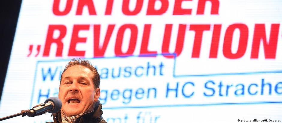 Líder do FPÖ, Heinz-Christian Strache se aproveita de medos do eleitorado
