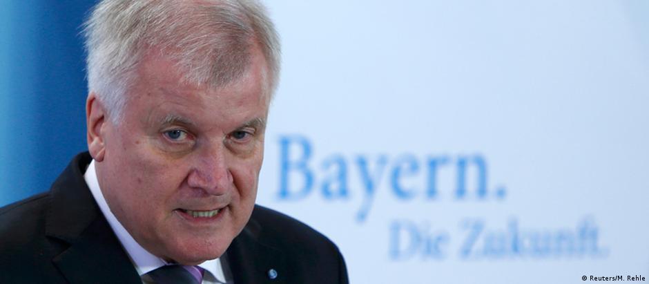 Governador da Baviera, Horst Seehofer, afirma que migração deve ser controlada e limitada