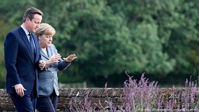 David Cameron und Angela Merkel beim Spaziergang auf dem Landsitz Chequers (Foto: dpa)
