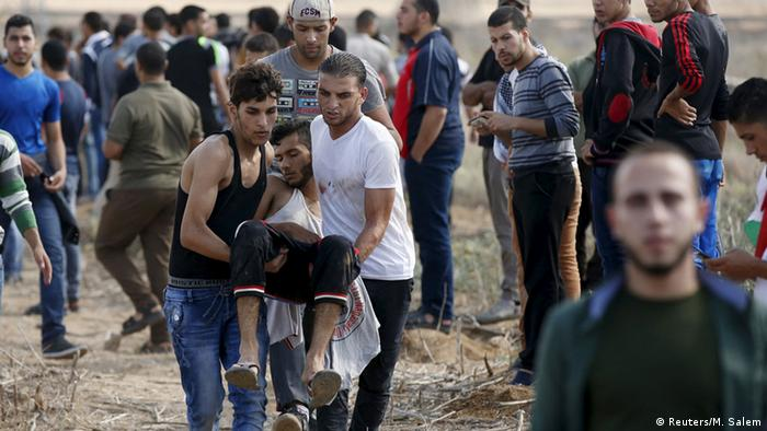 Palästinenser tragen einen Verwundeten (Foto: rtr)