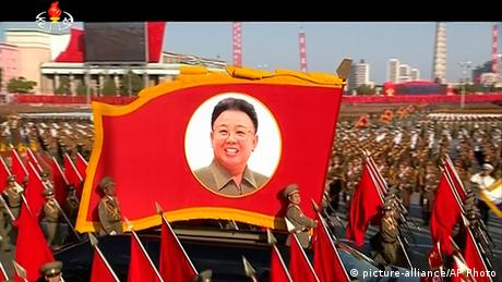 A flag with the picture of Kim Jong Il at a military parade (picture-alliance/AP Photo)