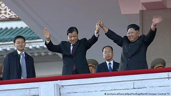 Liu Yunshan la Phenian cu Kim Jong Un (picture-alliance/dpa/Yonhap/North Korean Central TV)