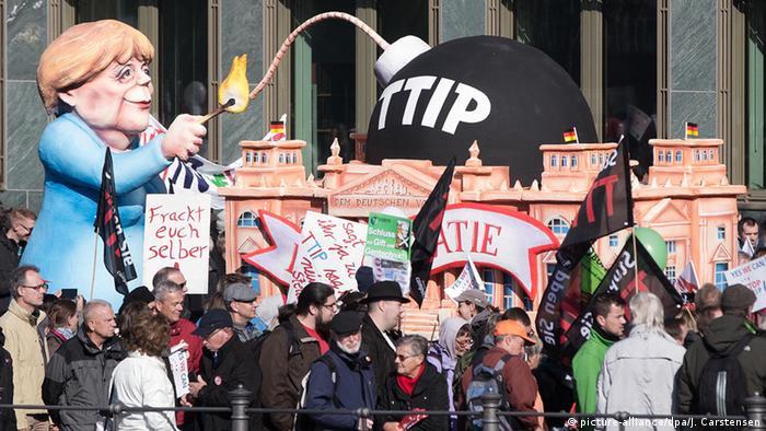 Учасники демонстрації критикують і позицію канцлерки Анґели Меркель щодо TTIP