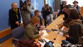 Светлана Алексиевич раздает автографы