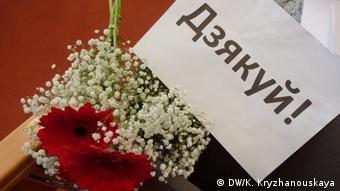 Цветы для Светланы Алексиевич от журналистов из Беларуси