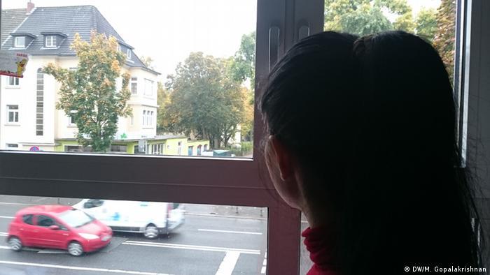 Flüchtllinge Nesrin aus Syrien in Bonn schaut aus dem Fenster (Foto: DW)