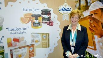 Η κυρία Αλεξάνδρα Πίττα - Χαζάπη από το μέλι Αττική ποζάρει μπροστά από το νέο προϊόν της εταιρείες, τις μαρμελάδες