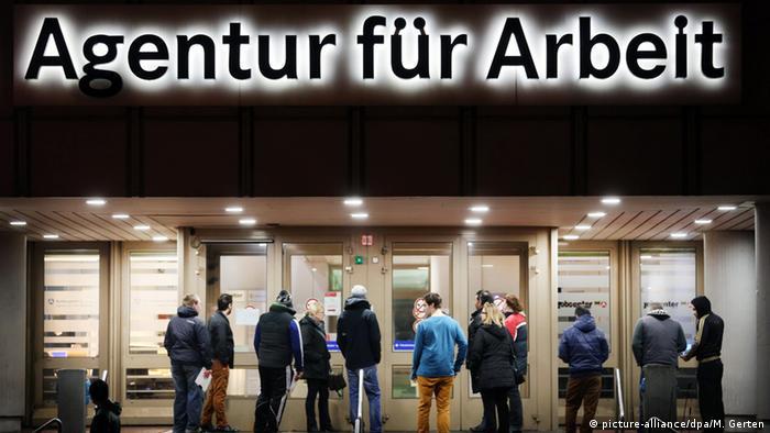 Arbeitssuchende in Duisburg - Foto: Martin Gerten (dpa)