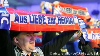 Сторонники Австрийской партии свободы держат плакаты с надписью Из любви к родине