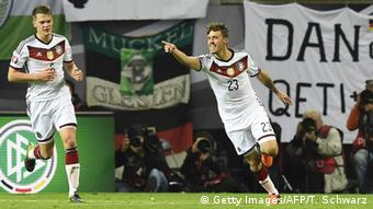 Max Kruse (der.) metió el segundo gol de Alemania.