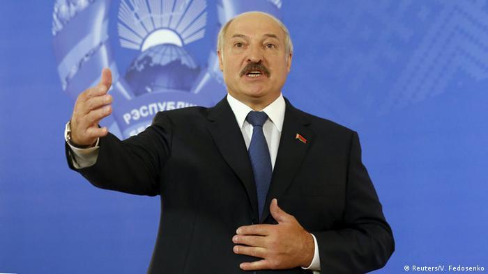 Лукашенко на фоне герба Беларуси