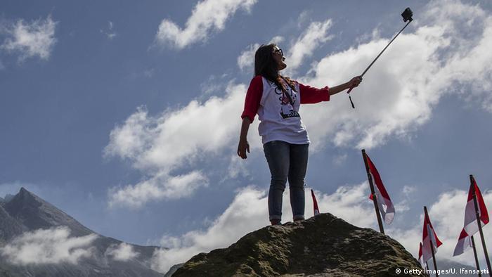 Pessoa fazendo selfie em cima de montanha