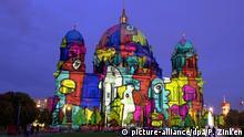 Der Dom ist am 09.10.2015 in Berlin illuminiert (Langzeitbelichtung). Mit dem Start vom Festival of Lights werden mit Beginn der Dunkelheit bis zum 18.10.2015 zahlreiche Gebäude in der Hauptstadt bunt angestrahlt. Foto: Paul Zinken/dpa