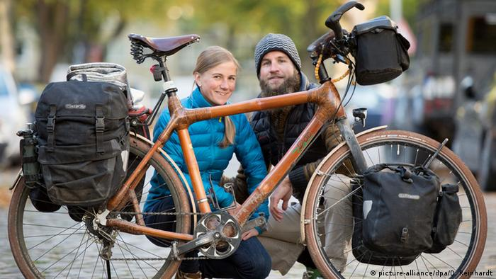 Couple with their bamboo bike (picture-alliance/dpa/D. Reinhardt)